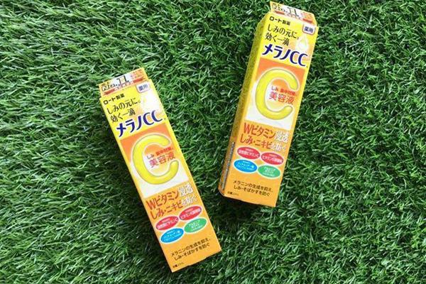 Melano CC Intensive Anti - Spot EssenceĐây là sản phẩm nổi bật nhất trong dòng serum vitamin C làm trắng tại Nhật Bản. Sản phẩm có chứa thành phần vitamin E, giúp nuôi dưỡng và làm trắng da lâu dài.Giá tham khảo: 280.000 đồng.