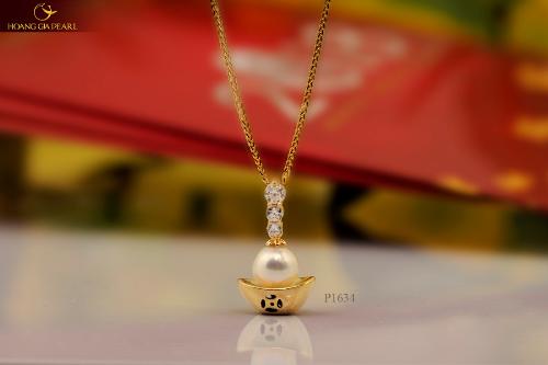 Kim Bảo Ngọc lộng lẫy được Hoàng Gia Pearl chế tác thành chiếc mặt dây chuyền tinh tế chophái đẹp.