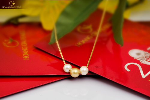 Kiểu dây chuyền xuyên ngọc với sắc vàng kim lộng lẫy kết hợp cùng chất liệu vàng tinh tế là một biểu tượng may mắn dành cho những cô gái trẻ.