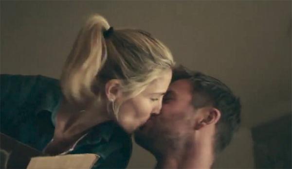 Một cảnh hôn của Chris và bà xã trong phim.