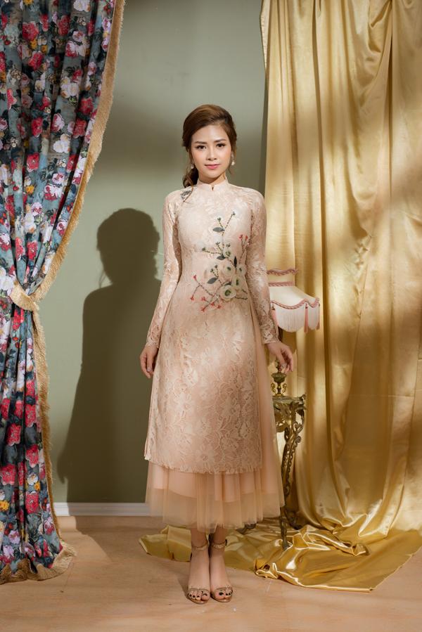 Ái dài thêu hoa nổi trên chất liệu vải ren được phối hợp cùng các kiểu chân váy xếp layer bằng chất liệu vải lưới, vải tuyn.