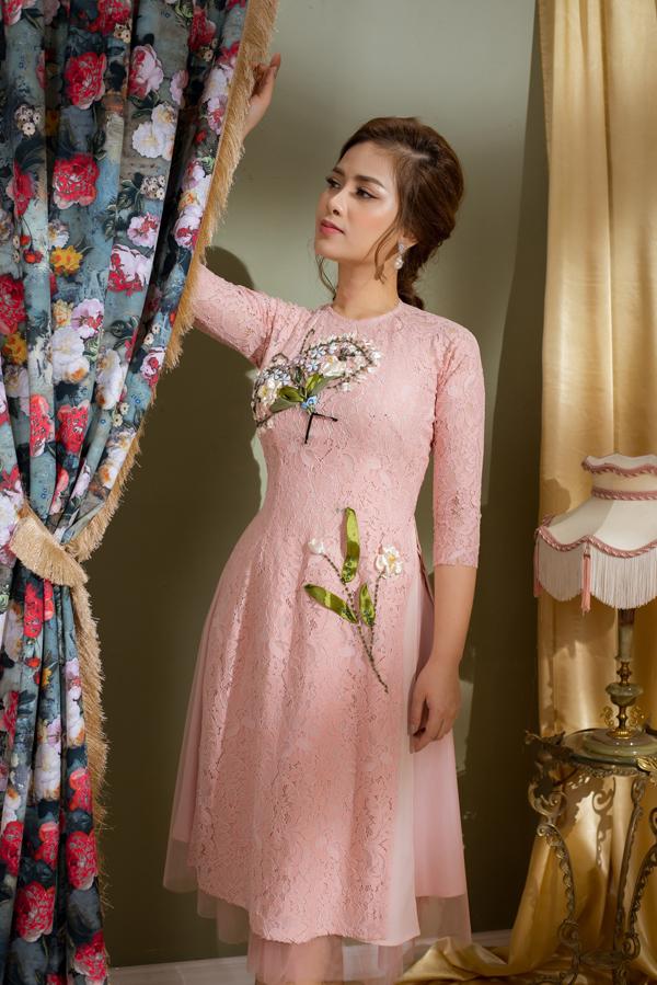 Bộ sưu tập được xây dựng trên chất liệu vải hoa ren với những tông màu dịu mắt như hồng phấn, xanh dương nhạt, màu nude.