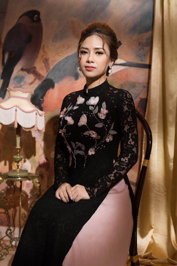 Nữ ca sĩ chọn các mẫu áo dài vừa da lò để hòa nhịpcùng trào lưu chọn trang phục truyền thốngđể thực hiện các bộ ảnh thời trang trong dịp tết cổ truyền đang tới gần.