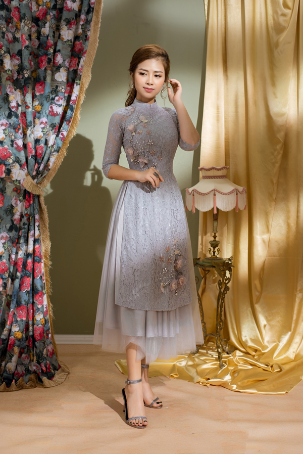 Người đẹp không ngại diện áo dài cách tân cùng chân váy midi - kiểu dáng gần giống chân váy đụp từng gây tranh cãi ở mùa xuân năm ngoái.