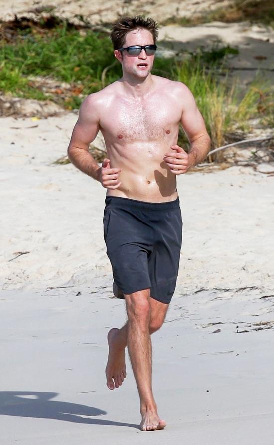 Robert Pattinson say sưa tập luyện trên bãi biển trong kỳ nghỉ ở đảo Antigua hôm 5/2. Nam diễn viên xứ sương mù hiếm khi được trông thấy cởi trần trong hơn 10 năm bước chân vào làng giải trí.