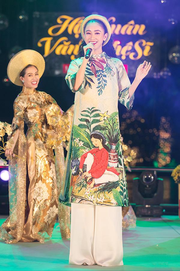 Á hậu còn thay áo dài, hát ca khúc Xuân đẹp làm sao để tặng quan khách.