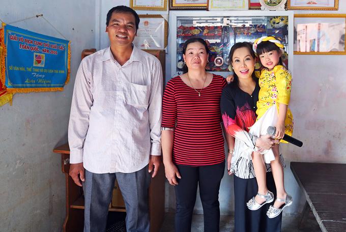 Nữ danh hài thăm gia đình cung thủ Châu Kiều Oanh - người đã mang về chiếc huy chương đầu tiên cho đoàn thể thao Việt Nam tại SEA Games 29 vừa qua. Kiều Oanh đang tập huấn ở Hà Nội nên chỉ có bố mẹ cô ở nhà tiếp Việt Hương.