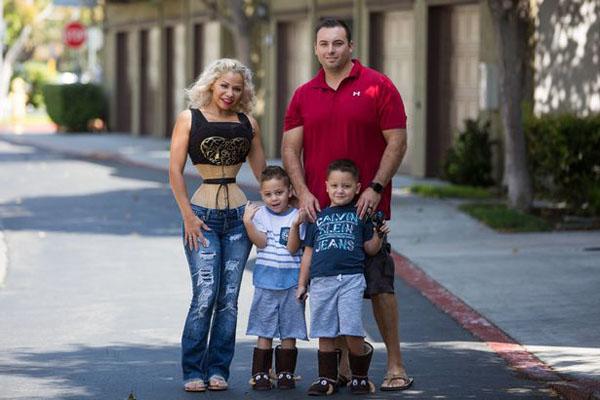 Diana bên chồng và hai con trai sinh đôi. Ảnh: Barcroft Media