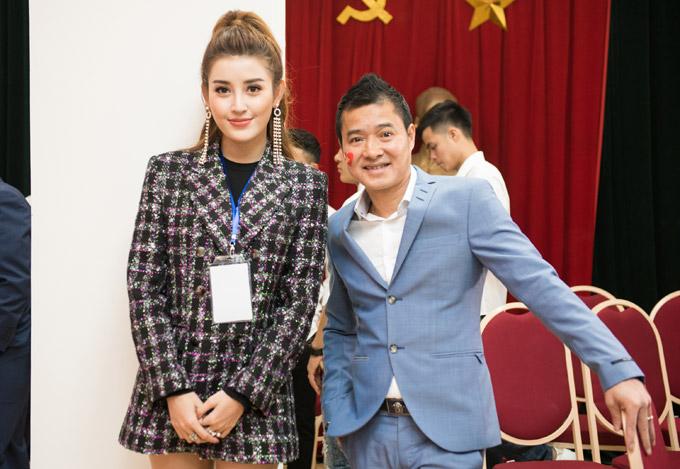 Ở hậu trường chương trình, người đẹp tươi cười bên danh thủ Hồng Sơn.