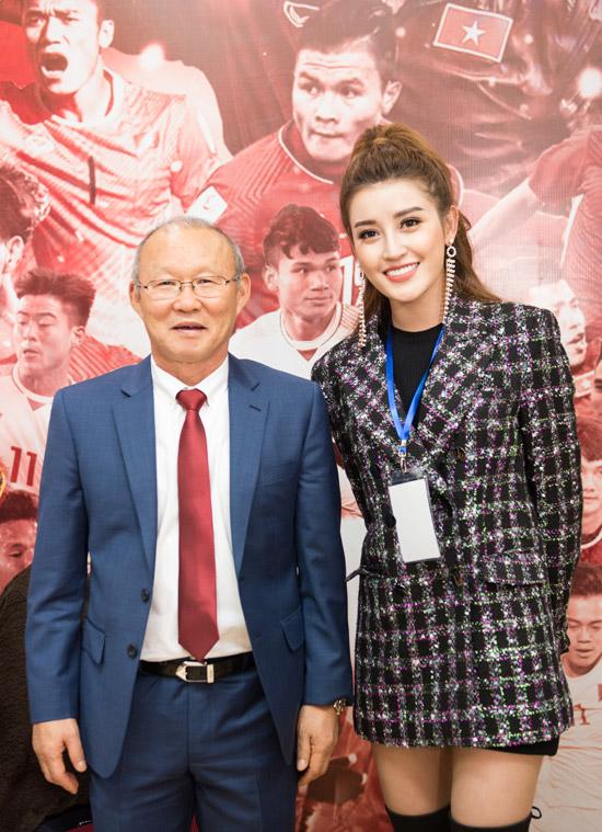Á hậu còn có dịp chào hỏi huấn luyện viên Park Hang Seo.