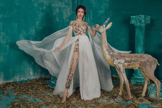 Diện những bộ dạ hội có chất liệu xuyên thấu, Lan Khuê khoe vóc dáng lý tưởng, đặc biệt là đôi chân dài thẳng tắp. Cô như biến thành nữ thần trong khu vườn cổ tích với mái tóc dập xù, cách make-up ấn tượng.