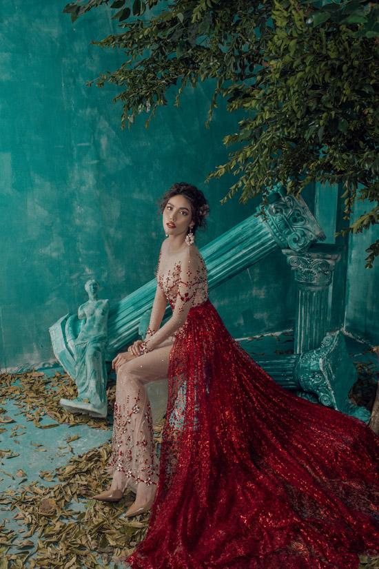 Là một icon của làng thời trang, Lan Khuê luôn được giới mộ điệu quan tâm khi xuất hiện trên sàn diễn hay các sự kiện showbiz. Với thần thái sang chảnh và phong cách làm việc chuyên nghiệp, cô được nhiều nhà thiết kế lựa chọn làm nàng thơ. Trong bộ sưu tập Night of the thousand stars (Đêm ngàn sao lấp lánh) của NTK Audrey Nguyễn, cô cũng trở thành nguồncảm hứng để nhiếp ảnh gia sáng tạo.