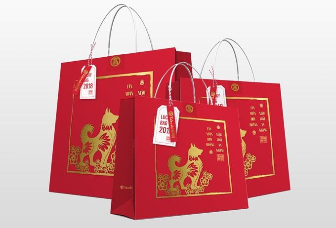 Ra đời từ các đây hơn 100 năm, túi may mắn (còn gọi là Fukubukuo) là ý tưởng độc đáo do một cửa tiệm tạp hóa tại Nhật khởi xướng. Sau này, túi may mắn dần trở nên phổ biến, trở thành nét văn hóa Nhật Bản mỗi độ xuân về. Điểm đặc biệt của chiếc túi này giá ưu đãi và những món đồ bí mật bên trong nhằm thu hút, kích thích sự tò mò của khách hàng. Người mua không biết những món đồ mình sắp mua mà sẽ lựa chọn dựa trên mô tả về thương hiệu, tên sản phẩm và quy cách nằm trên mỗi thẻ giá đính kèm bên ngoài.Điều này không chỉ giúp người mua có cơ hội sở hữu những món đồ cao cấp giá mềm mà còn mang lại cảm giác thích thú xen lẫn hồi hộp khi bóc tách từng chiếc túi bên trong. Đó cũng là cảm giác của mỗi bạn nhỏ khi nhận được những phong bao lì xì trong ngày Tết. Nhờ trải nghiệm mua sắm thú vị này, nhiều người không ngần ngại xếp hàng dài từ sáng sớm để hái những chiếc túi lộc đầu năm.