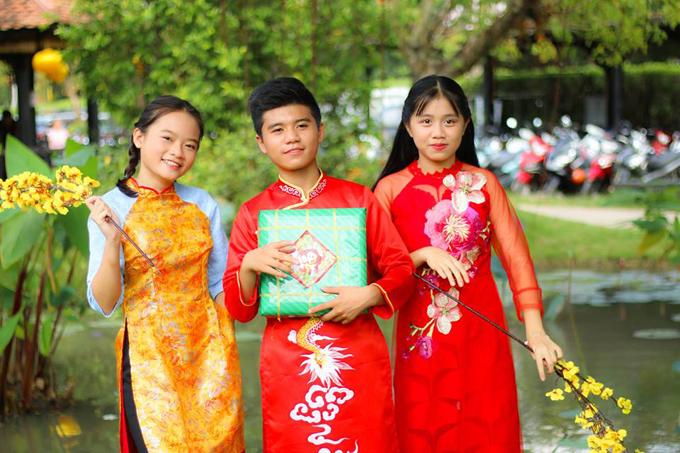Bé Linh Hoa (ngoài cùng bên trái) - quán quân Bước nhảy hoàn vũ nhí 2014, top 10 Vietnam Idol Kids 2016 và Nhã Thy - á quân Gương mặt thân quen nhí 2016 góp mặt cùng Minh Khang trong sản phẩm âm nhạc dành chothiếu nhi.