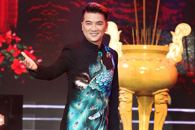 Đàm Vĩnh Hưng mặc áo dài, thể hiện bài hát mới tinh Xuân trên đất Việt.