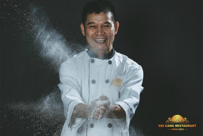 Bếp trưởng nhà hàng chế biến các món ăn đúng chất Hoa, nhưng lại khiến người dùng Việt cảm thấy thân thuộc.