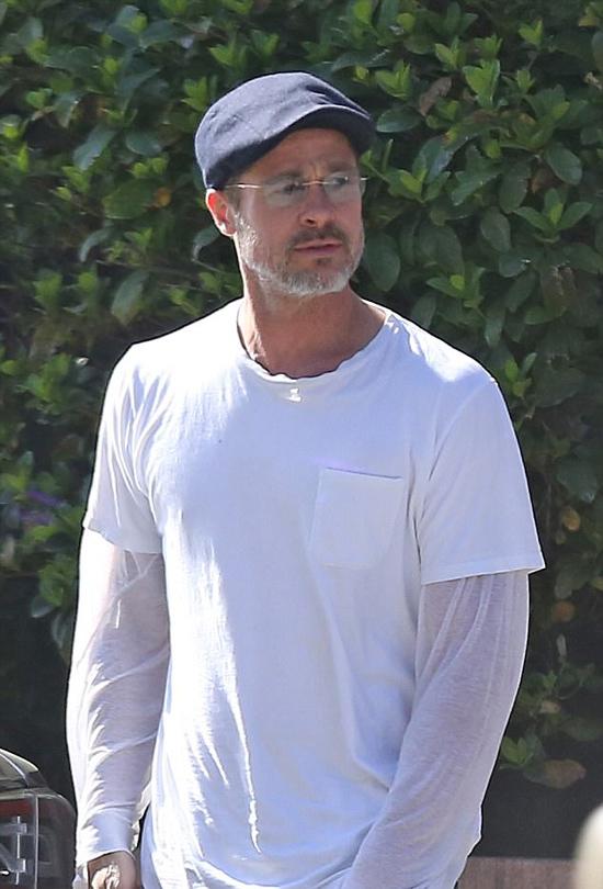 Brad chỉ đi một mình khi xảy ra vụ đâm xe. Anh mặc đồ giản dị, râu ria bạc phơ.