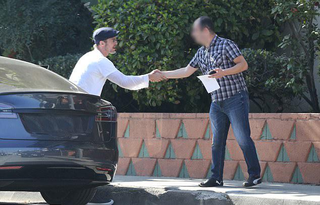 Người đàn ông bị va quệt dường như cũng rất thoải mái sau tai nạn, đặc biệt khi còn được bắt tay làm quen với tài tử nổi tiếng.