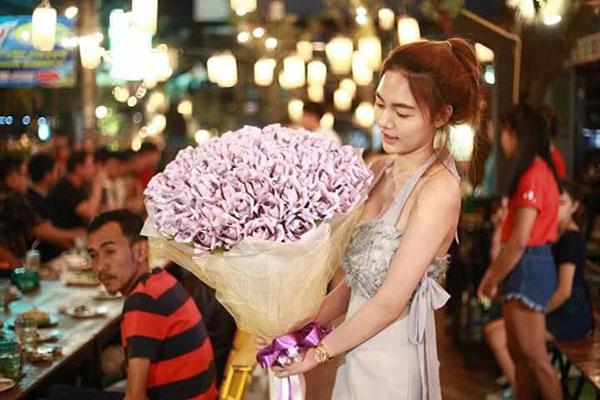 Cô gái tặng bạn trai bó hoa được làm từ tiền mặt nhân dịp Valentine - 1
