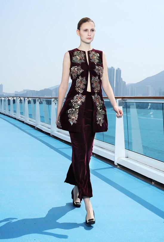 Jessica Minh Anh catwalk trên tàu thượng hạng ở Hong Kong - 4