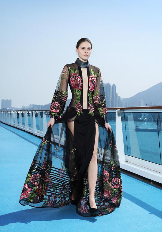 Các thiết kế được giới thiệu trong show đều là sản phẩm cao cấp. Trên nền vải nhung, chiffon, nhữnghọa tiết thiên nhiên được thêu tay tỉ mỉ như một bức tranh sinh động.