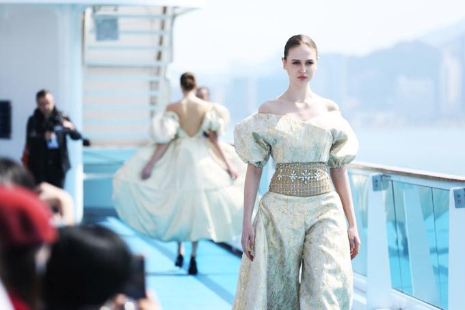 Jessica Minh Anh catwalk trên tàu thượng hạng ở Hong Kong - 8