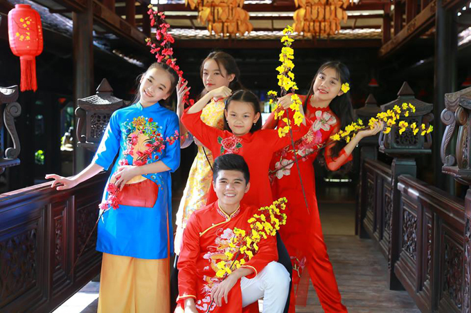Top 4 Vietnam Idol Kids 2016 Thảo Nguyên (áo dài xanh) hào hứng diễn xuất, ca hát cùng những người bạn.