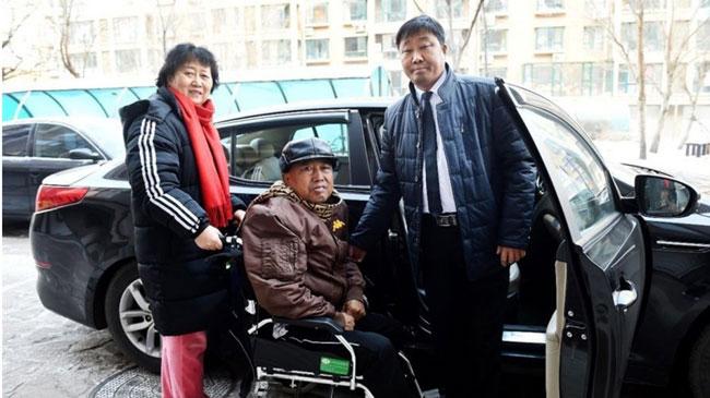 Tài xế taxi 2 năm chở cặp vợ chồng già ốm đau đến bệnh viện miễn phí - ảnh 1
