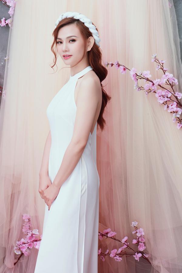 trước thềm năm mới, Thu Thủy chụp bộ ảnh mới. Nữ ca sĩ mặc áo dài cách tân, trông dịu dàng và tươi tắn.