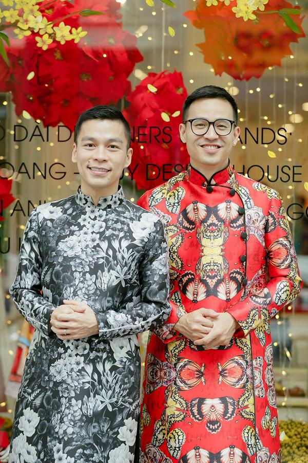 Nhà thiết kế Adrian Anh Tuấn tối giản với áo dài họa tiết hoa đơn sắc. Trong khi doanh nhân Sơn Đoàn nổi bật với thiết kế màu đỏ trong BST áo dài dành cho phái mạnh.
