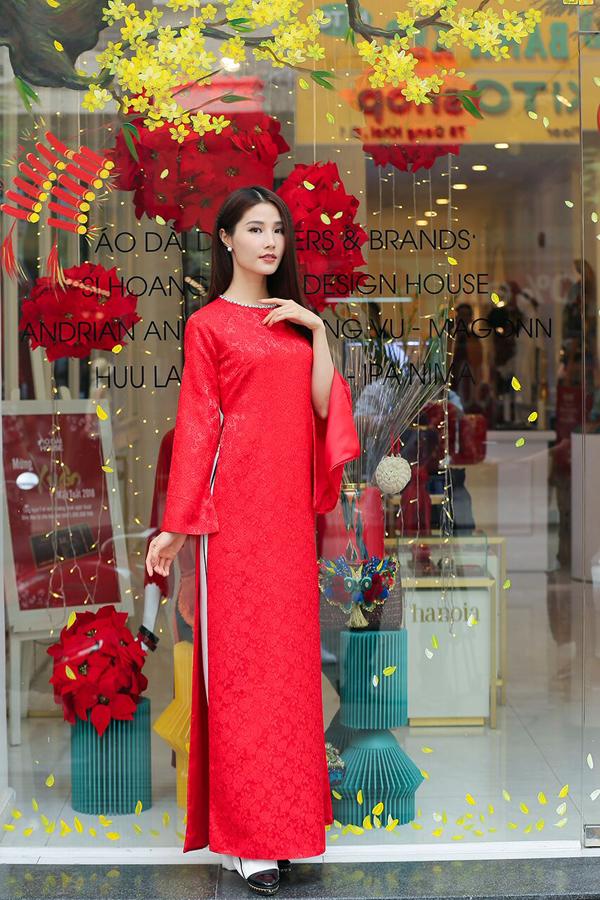 Tạo dáng yêu kiều với thiết kế trang nhã của Adrian Anh Tuấn, nữ diễn viên Diễm My gửi gắm thông điệp dù cổ điển hay truyền thống, lựa chọn nào cũng giúp cho các bạn nữ dịu dàng và nữ tính hơn hẳn.