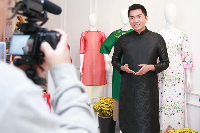 Giám đốc sáng tạo Nguyễn Hoàng Anh nhận định: Tà áo dài truyền thống ngày nay đã được mặc và phối theo tinh thần hiện đại để phù hợp hơn với sự phát triển của thời trang. Dù là thiết kế cổ điển hay tân thời, áo dài luôn là nguồn cảm hứng bất tận trong nhiếp ảnh. Tết Việt, mặc áo dài để lưu lại những khoảnh khắc thật đẹp với người thân.