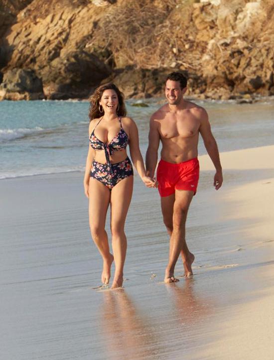 Kelly Brook và chàng người mẫu Jeremy Parisi đang tận hưởng kỳ nghỉ lãng mạn ở đảo Antigua, vùng biển Caribbe.
