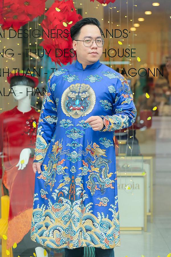 MC Tùng Leo diện một thiết kế rồng phượng mạnh mẽ của Sĩ Hoàng.
