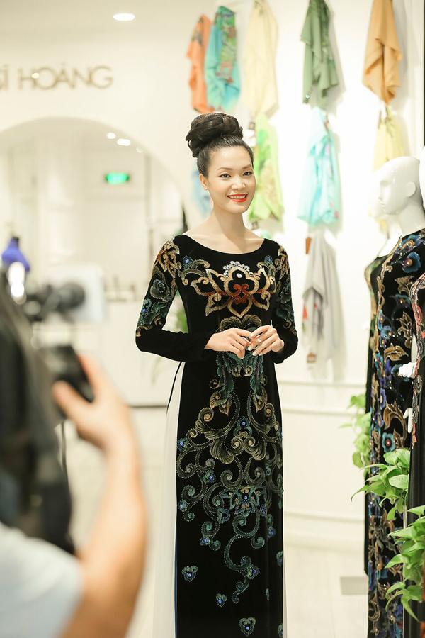 Yêu thích vẻ đẹp dịu dàng, nền nã của tà áo dài, Hoa hậu Thùy Dung lựa chọn mẫu thiết kế mang họa tiết kết đính công phu của nhà thiết kế Sĩ Hoàng. Kiểu búi tóc cao tôn thêm nét quý phái cho người đẹp.