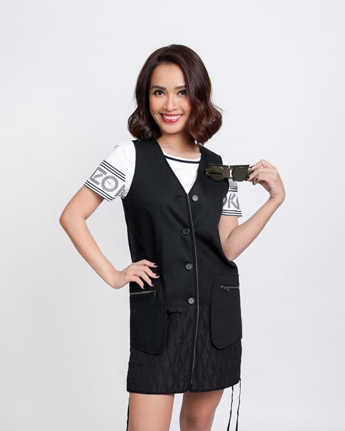 Ca sĩ, nhạc sĩ trẻ Ái Phương khéo léo phối T-shirt trắng cùng váy đen.