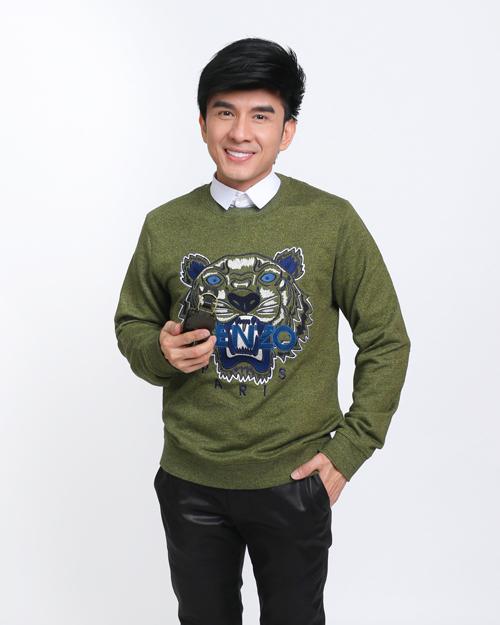 Anh Bo Đan Trường khoe vẻ đẹp không tuổi với set đồ trẻ trung trong chiếc sweatshirt tiger.