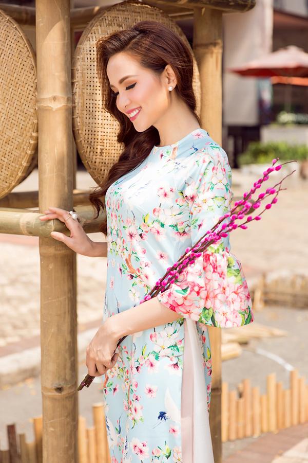 Cùng với các kiểu áo cao cổ theo phong cách truyền thống là các mẫu áo cách tân với phần cổ tròn, tay loe hay các kiểu áo rộng mang lại sự thoải mái.