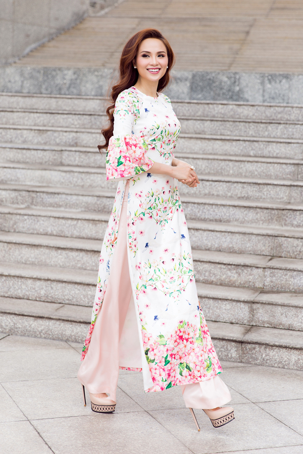 Áo dài cách tân của Adiran Anh Tuấn vẫn giữ được vẻ đẹp vốn có của tà áo truyền thống và được biến tấu nhẹ nhàng phần cổ trụ, tay lửng, tay loe.
