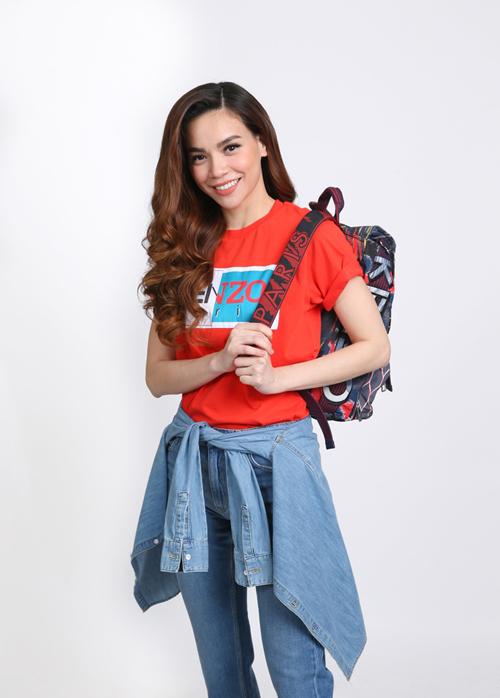 Hà Hồ chọn set đồ năng động với T-shirt màu đỏ, áo jean cột nhẹ quanh hông kết hợp balo Kenzo cá tính.