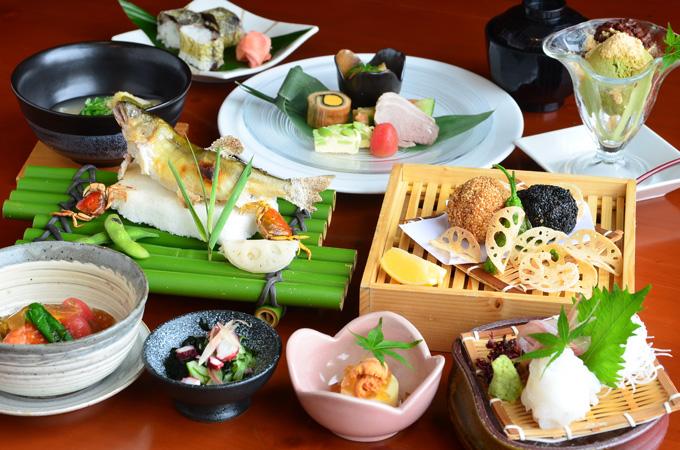 Thực đơn của bếp trưởng: Nhà hàng còn phục vụ thực đơn đặc biệt từ bếp trưởng với sự kết hợp của nhiều món ngon từ cá nướng, súp, kem... mang đến nhiều sự lựa chọn thú vị cho từng nhu cầu của thực khách.