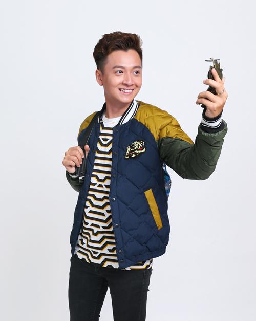 Ngô Kiến Huy trẻ trung với T-shirt và áo khoác bomber. Chàng Bắp cũng chọn trang phục của Kenzo khi tham gia phim ngắn Tết của Tài tại Gala Nhạc Việt.