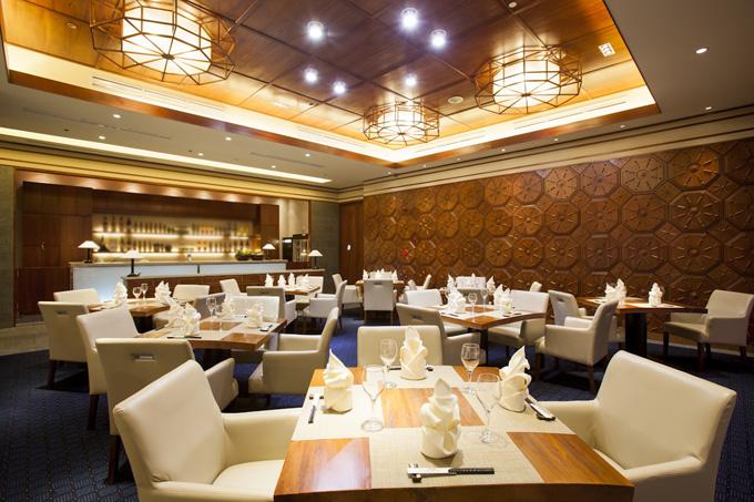 Nhà hàng có sức chứa 150 khách, bao gồm quầy sushi bar, Teppanyaki, sảnh chính, sảnh nhỏ và 7 phòng riêng sức chứa từ 4-10 khách mỗi phòng. Nội thất sang trọng bên trong Fuji sẽ mang đến thực khách những khoảnh khắc sự yên tĩnh, thư giãn thú vị.