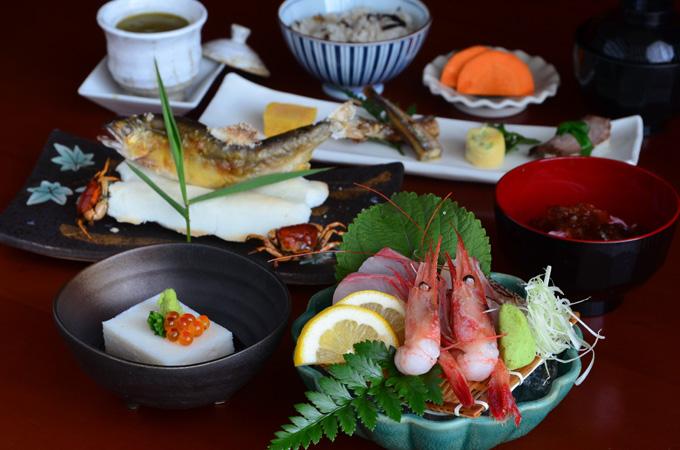 Thực đơn đặc biệt theo mùa: Đến Fuji, thực khách sẽ thưởng thức thực đơn theo bốn mùa xuân - hạ - thu - đông với những nguyên liệu tươi ngon cùng hương vị chuẩn Nhật.