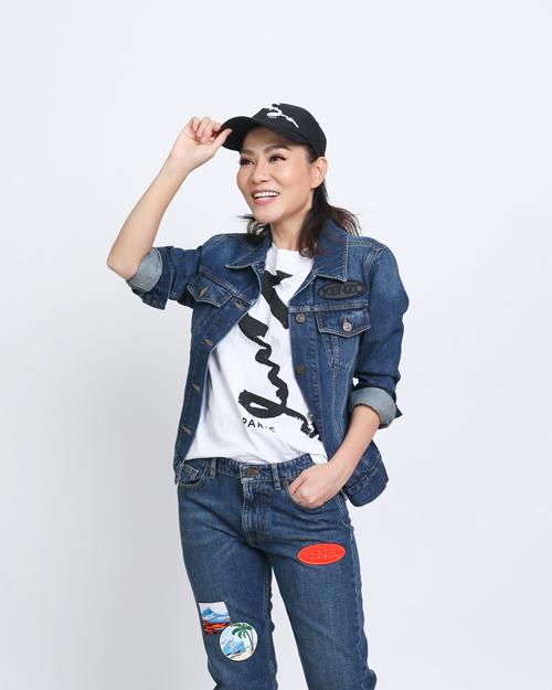 Bà mẹ một con Thu Minh biến hóa với phong cách cá tính khi chọn full set jean kết hợp T-shirt trắng.