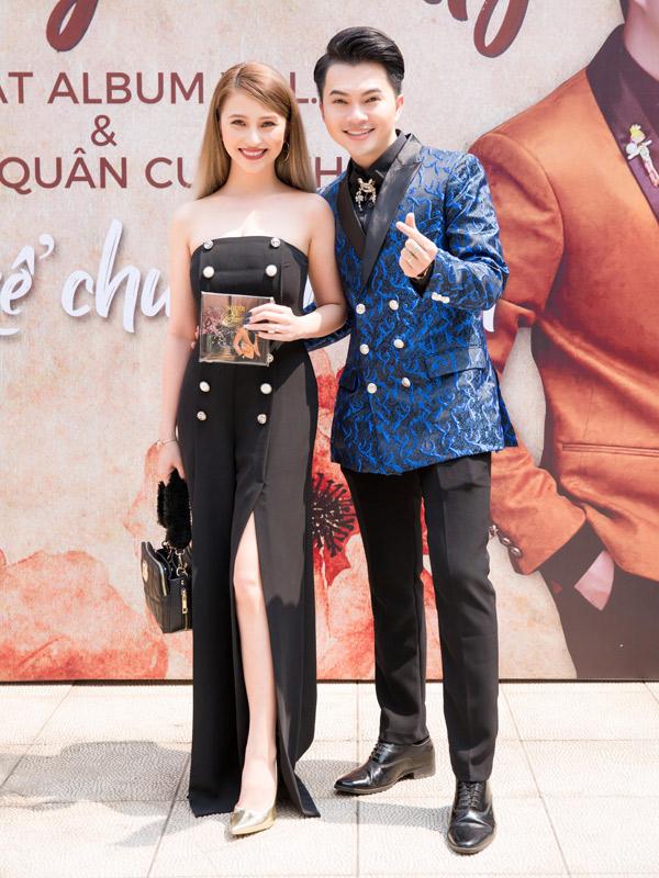 Ca sĩ Việt My khoe vai trần gợi cảm khi đi tiệc.