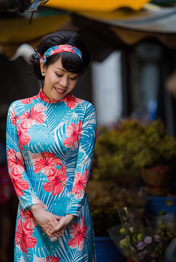 Nhà thiết kế giữ nguyên phom dáng áo dài truyền thống nhưng khéo léo thể hiện chúng trên những tông màu và hoạ tiết hiện đại để mang đến sức sống mới cho tà áo dài.