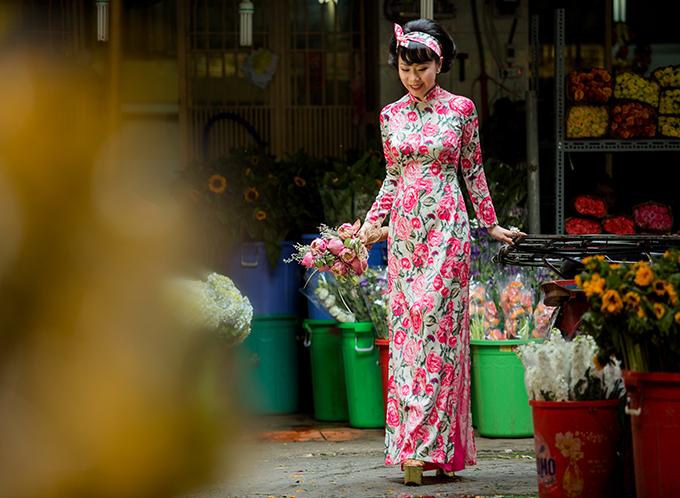 Áo dài hoa tôn nét dịu dàng, duyên dáng là trang phục được các thiếu nữ Sài Gòn lựa chọn để chưng diện khi đi thực hiện các bộ ảnh trên phố xuân.