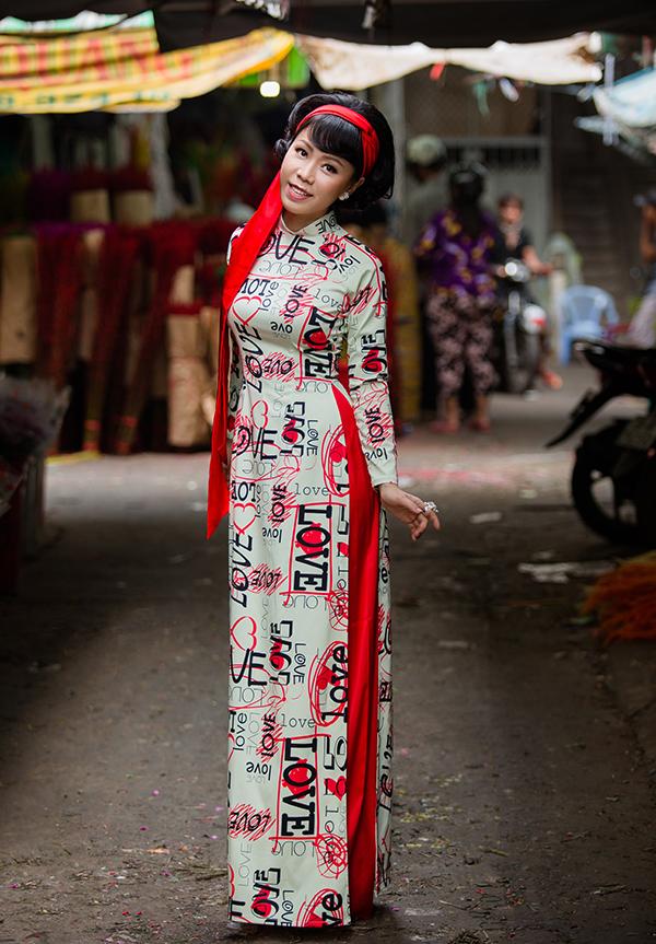 Hoạ tiết in ký tự, hoạ tiết pop art thuộc trào lưu đương đại cũng được lồng ghép một cách nhẹ nhàng trên trang phục truyền thống.