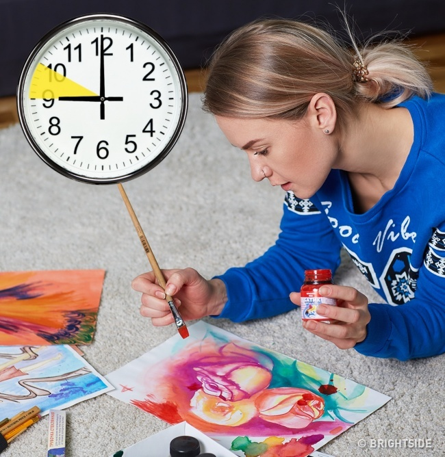 4. Dành một tiếng cho sở thích và những gì bạn thích. Nhà tâm lý trị liệu Amy Przeworski khuyên nên dành một khoảng thời gian để làm bất cứ điều gì khiến bạn vui: đọc, vẽ, nấu ăn hay tập thể dục. Trong thời gian này, bạn hoàn toàn sống với đam mê mà không có công việc, trách nhiệm hay suy nghĩ tích cực, những điều làm bạn buồn.